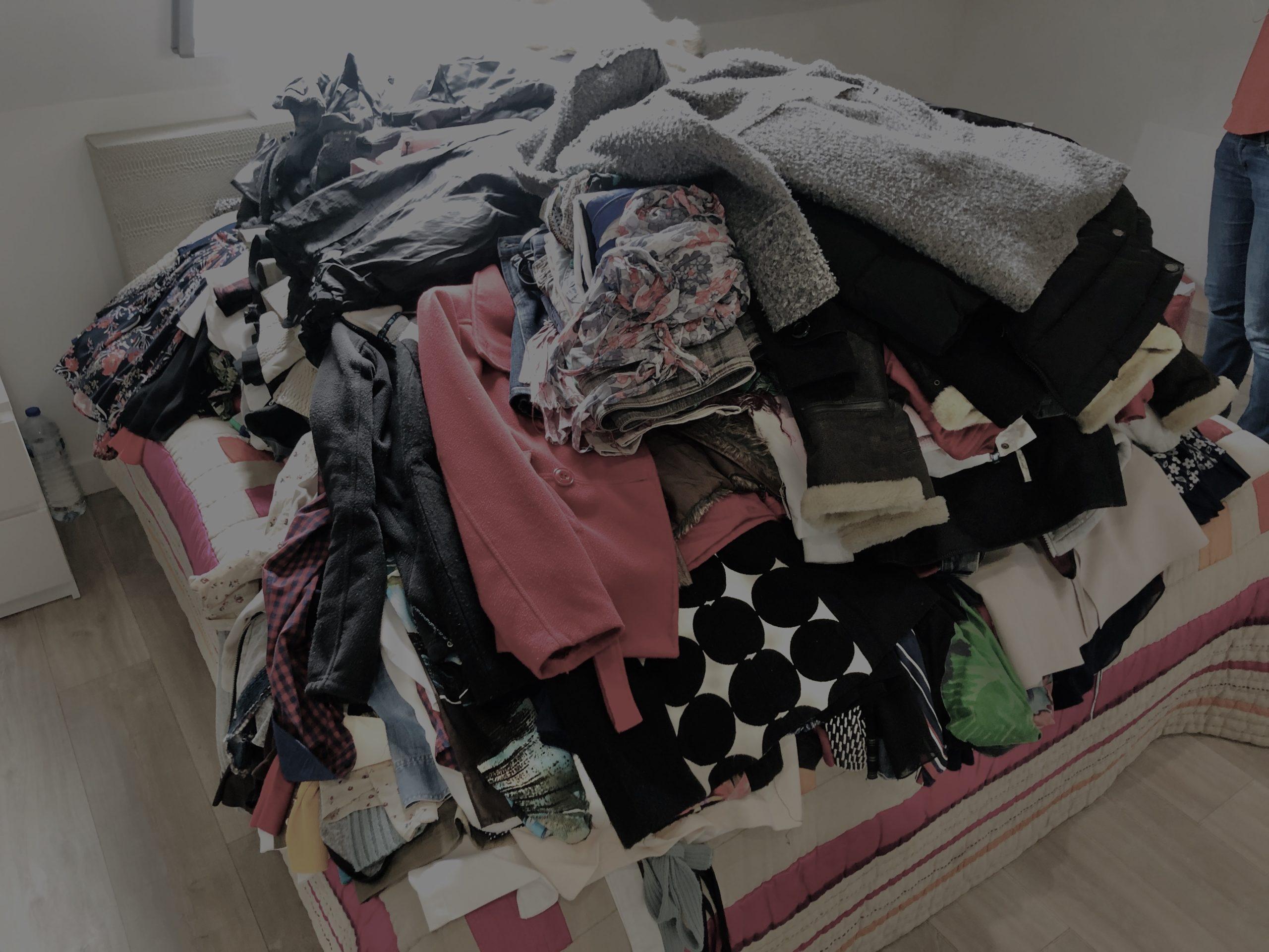 Montagne de vêtements
