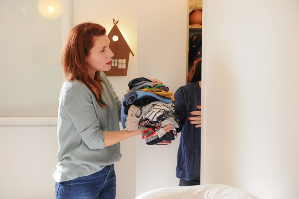 Camille récupère un tas de vêtements